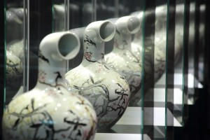 "Alles gleich. Foto aus ""Corporate Xu Zhen"", Copyright: Universalmuseum Joanneum/J.J. Kucek"