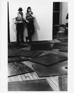 """Joseph Beuys, René Block - Aufbau der Ausstellung """"Richtkräfte `74"""" Foto: Archiv Block"""