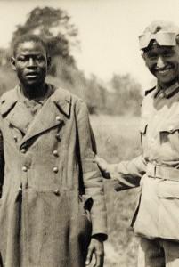 Deutscher Soldat führt einen Kriegsgefangenen der französischen Kolonialtruppen vor; ohne Datierung, anonymer Fotograf; Münchner Stadtmuseum